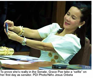 To prove she's really in the Senate, Grace Poe take a �selfie� on her first day as senator. PDI Photo/Ni�o Jesus Orbeta